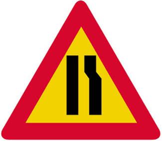 Επικίνδυνη στένωση οδοστρώματος στην δεξιά πλευρά.