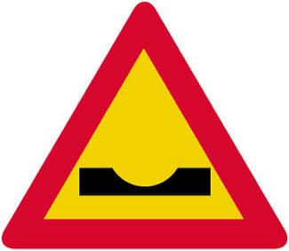 Επικίνδυνο κάθετο ρείθρο (αυλάκι) ή απότομη κοίλη αλλαγή της κατά μήκος κλίσης της οδού.