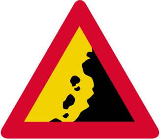 Κίνδυνος απο πτώση βράχων και απο την παρουσία τους στο οδόστρωμα.