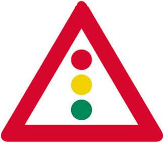 Προσοχή, κόμβος ή θέση όπου η κυκλοφορία ρυθμίζεται με τρίχρωμη φωτεινή σηματοδοτήση.