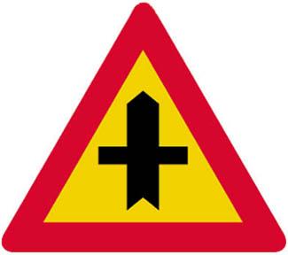 Διασταύρωση με οδό, πάνω στην οποία αυτοί που κινούνται ωφείλουν να παραχωρήσουν προτεραιότητα.