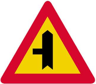 Διακλάδωση με κάθετη οδό αριστερά, οι επί της οποίας κινούμενοι ωφείλουν να παραχωρήσουν προτεραιότητα.