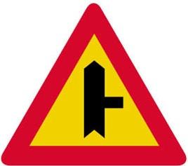 Διακλάδωση με κάθετη οδό δεξιά, οι επί της οποίας κινούμενοι οφείλουν να παραχωρίσουν προτεραιότητα.