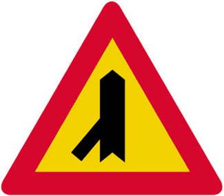 Διακλάδωση με λοξή οδό αριστερά, οι επί της οποίας κινούμενοι ωφείλουν να παραχωρήσουν προτεραιότητα.