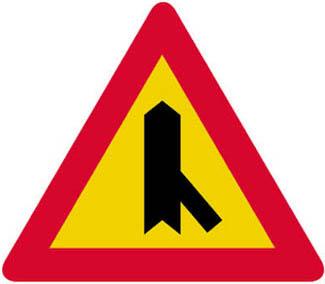 Διακλάδωσις με λοξή οδό δεξιά, οι επί της οποίας κινούμενοι ωφείλουν να παραχωρήσουν προτεραιότητα.