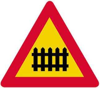 Κίνδυνος λόγω ισόπεδης σιδηροδρομικής διάβασης ή διάβασης τροχιοδρόμου με κινητά φράγματα.