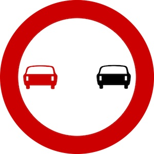 Απαγορεύεται το προσπέρασμα μηχανοκίνητων οχημάτων, πλην των δίτροχων μοτοσικλετών χωρίς καλάθι.