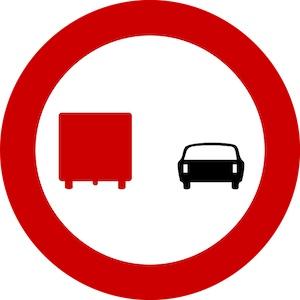 Απαγορεύεται στους οδηγούς φορτηγών αυτοκινήτων, μέγιστου επιτρεπόμενου βάρους που υπερβαίνει τους 3,5 τόνους, να προσπερνούν άλλα οχήματα.